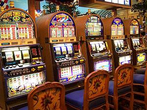 Slot-Machines haben auch in einem Präsenzcasino ihren Reiz, sind aber mittlerweile eine klassische Domäne des Online-Glücksspiels.